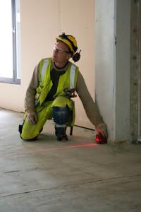 Muut jatkavat siitä, kun mittamies on piirtänyt viivan lattiaan.